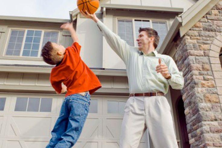 Juegos deportivos divertidos para niños. Los juegos deportivos divertidos mantienen a tus hijos activos físicamente, así como entretenidos. Mientras que muchos juegos de deportes como el béisbol, el fútbol y el golf se pueden jugar en un alto nivel de competencia, hay muchos otros juegos deportivos ...
