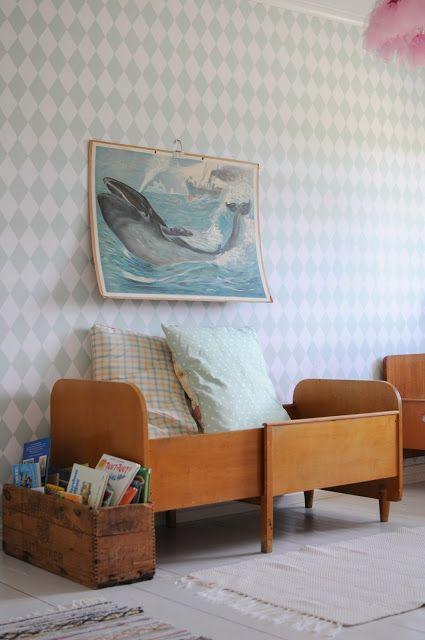 Johanna i Kulla: Barnrum, porslinsdjur och en liten 60-talsklänning #vintage #kidsroom #wallpaper #whale #schoolposter