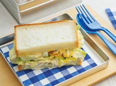 栗原 はるみさんの食パンを使った「ツナ&エッグサンド」のレシピページです。みんな大好きなツナサンドと卵サンドを合わせて、最強サンドに!こぼれんばかりの具が、耳付き食パンにも負けない存在感です。 材料: 食パン、ツナサラダ、卵、レタス、フレンチマスタード、マヨネーズ、塩、黒こしょう