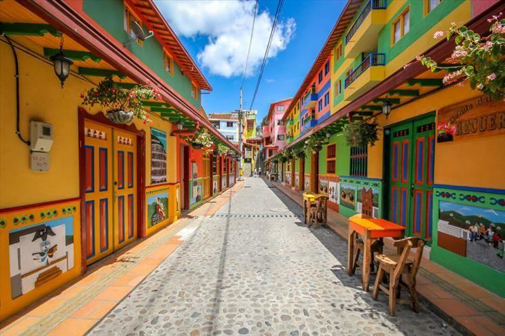 Guatapé está situado a las afueras de la ciudad de Medellín, Antioquia (Colombia).