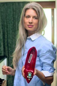Сара Харрис — fashion-директор британского Vogue. Харрис превратила две, считающиеся неудачными, черты, немиловидное лицо и седые волосы, в свои плюсы.