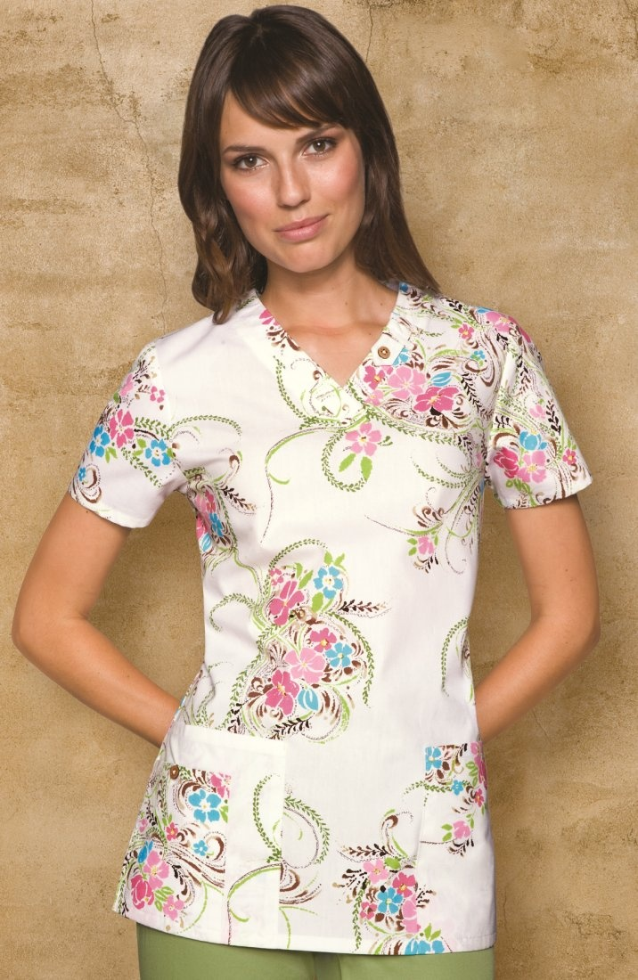 A classic Missyfit V-neck top features button and belt loop details around the neckline. Large patch pockets, an extra cell phone pocket with a functional button and side vents complete this picture.