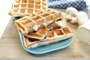 Emincez les champignons, faites-les revenir avec les lardons dans une poêle pendant 5 minutes environ. Laissez refroidir. Découpez la pâte à pizza en 8 morceaux équivalents à la taille de votre gaufrier.Préchauffez votre appareil à gaufre. Hachez l'ail et le persil finement, mélangez la crème avec l'ail et le persil. Salez et poivrez. Répartissez la crème sur 4 morceaux de pâte, ajoutez les rondelles de chèvre au centre et le mélange lardons-champignons. Posez le second morceau de pâ...