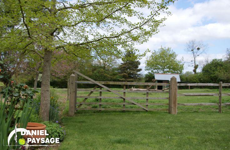 Cette barrière à crosse renforce le charme et l'authenticité de cet espace champêtre.
