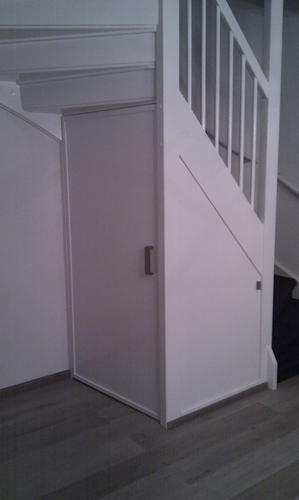 Trapkast met 2 deuren, één onder de trap en één zijkant trap (zie voorbeeldfoto's) en trap dichtmaken (zie voorbeeldfoto''s).