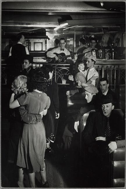 Bal musette A la Boule Rouge, Paris, vers 1935-1936. Brassaï