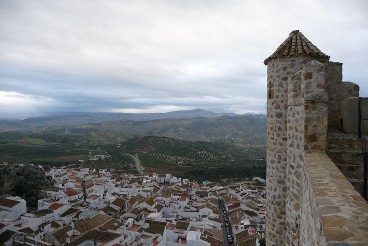 España es un país lleno de historia y encanto, con cantidad de lugares y atractivos por descubrir, entre los que se incluyen sus castillos: antiguos, bonitos y muchos de ellos abiertos al público. En este post de Donde Viajar te contamos cuáles son algunos de los castillos más atractivos para visitar en distintas zonas del país. Toma nota, prepara las valijas, viaja y disfruta.En la provincia de Cádiz, el Castillo de Olvera, ubicado en lo más alto del pueblo homónimo, sobre una roca, llama…