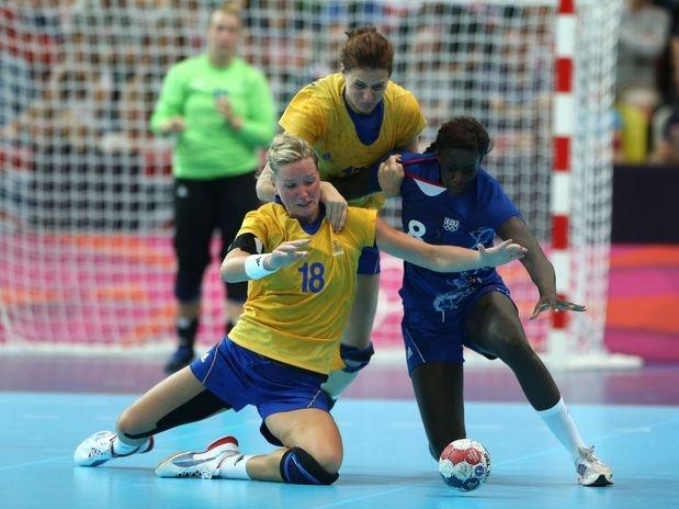 A sueca Wilberg parece que não sentiu tantas dores durante o jogo contra a França na fase de grupos do handebol feminino em Londres. Será que a fita kinésio ajudou a jogadora Wilberg?  Foto: Getty Images