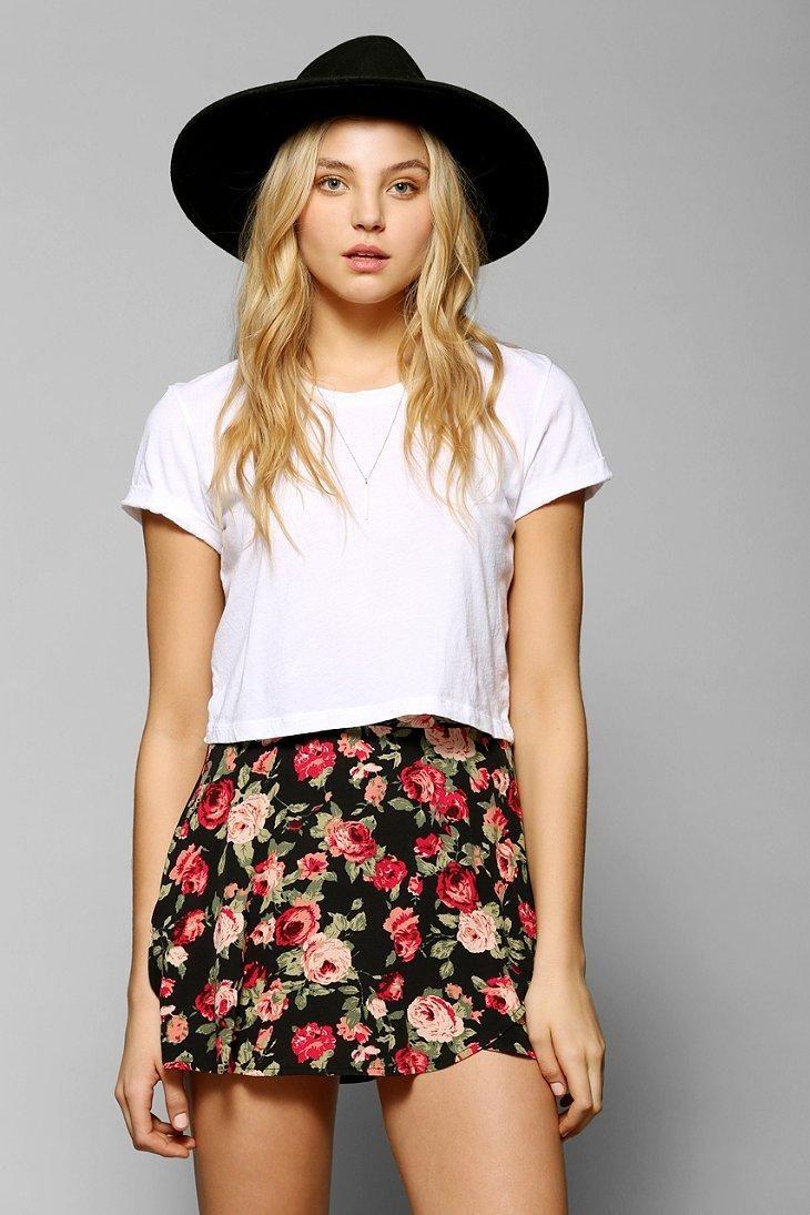 saia florida, camiseta e chapéu