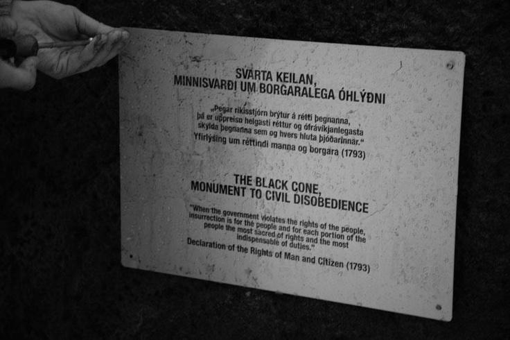 """LA CUÑA NEGRA, PRIMER MONUMENTO A LA DESOBEDIENCIA CIVIL. (Afuera del parlamento islandés. Austurvöllur. Reykjavik. Islandia. Enero de 2012)   """"Cuando el gobierno viola los derechos del pueblo, la insurrección es para el pueblo y para cada porción del pueblo, el más sagrado de sus derechos y el más indispensable de sus deberes"""" (Declaración de los derechos del hombre y del ciudadano de 1793).   """"El Estado son ustedes y sus amigos. Por lo tanto, no me cuenten entre ellos"""",por Santiago Sierra"""