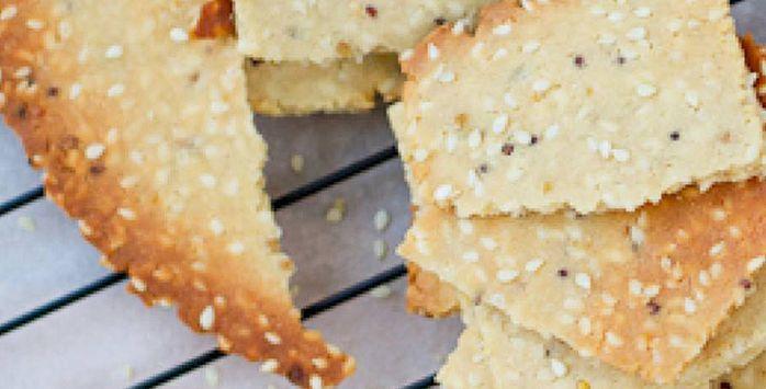 Paleo crackers zijn eenvoudig klaar te maken. In plaats van regulier meel gebruik je kokosmeel. Het enige wat belangrijk is, is de juiste verhouding.