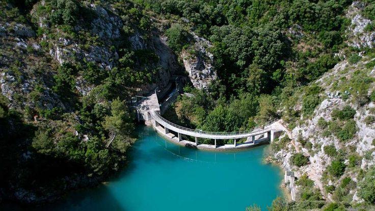 Le barrage-voûte de Bimont est situé sur la commune de Saint-Marc-Jaumegarde, dans le massif de la Sainte-Victoire, près d'Aix-en-Provence. Il a été mis en service en 1952. Outre le barrage, la structure comporte un contre-barrage, qui dirige les eaux vers la branche du canal Marseille nord, et une galerie qui achemine l'eau du canal de Provence vers la retenue de Bimont.