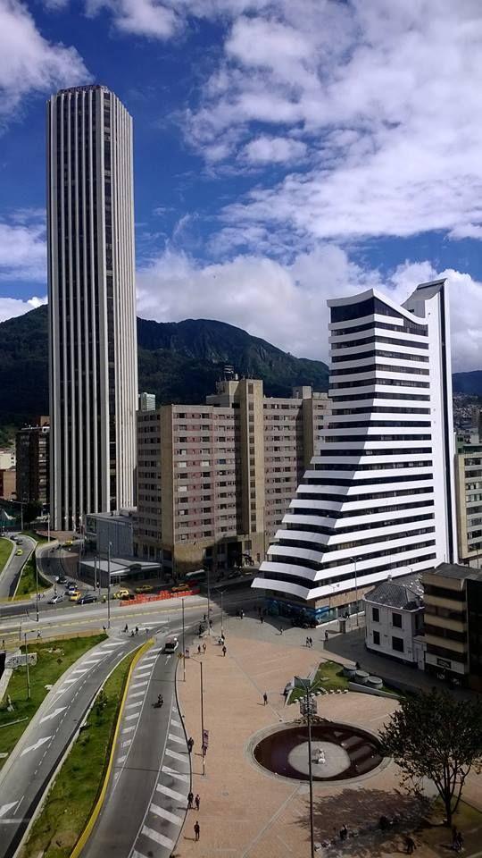 Calle 26 con carrera 10. Bogotá D.C., Colombia. Al fondo: los cerros orientales.