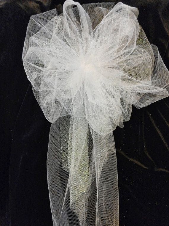 Bienvenue dans ma boutique ! Arcs pour toute occasion fait sur commande ! Ce sont des gros beau mariage église pew noeuds. Ils sont si beaux que vous pourrez les amener à la salle de réception pour la table de gâteau, présente la table chaises mariée et le marié ou mariage fête. Ils sont chacun à la main fabriqué à partir de 7 yards de tulle attachés avec des tiges de chennile fleuriste blanc. Ils mesurent environ 11 pouces de large et environ 20 pouces de long... JE PEUX FAIRE DANS…