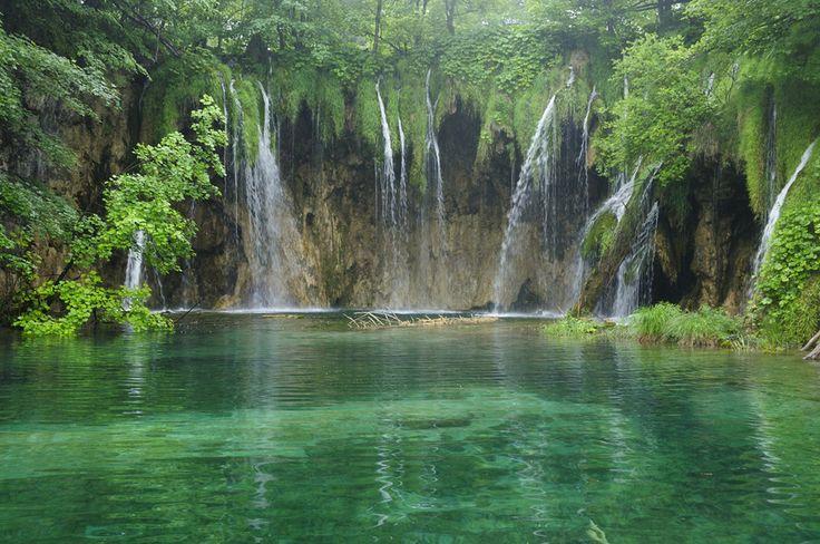 ドブロブニク、スプリットに続くクロアチア3大観光地「プリトヴィッツェ国立公園」。豊かな森、エメラルドグリーンに輝く湖と無数の滝が織り成す幻想的な景色……。一生に一度は訪れたい世界の絶景にも選ばれるプリトヴィッツェ国立公園はクロアチアを訪れたら外せないマストな観光スポット。今回は国立公園へのアクセス、周辺のホテル事情、持参したいアイテムなどの基本情報をお伝えします。