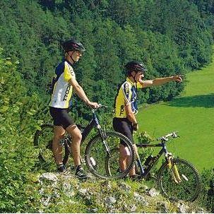 Fietsen in de omgeving van camping Bertrix Fietsen en mountainbiken is één van de leukste manieren om contact te krijgen met het ruige landschap van de Belgische Ardennen. Camping Bertrix grenst aan uitgestrekte bossen waar beginnende en ervaren fietsers zich kunnen uitleven.