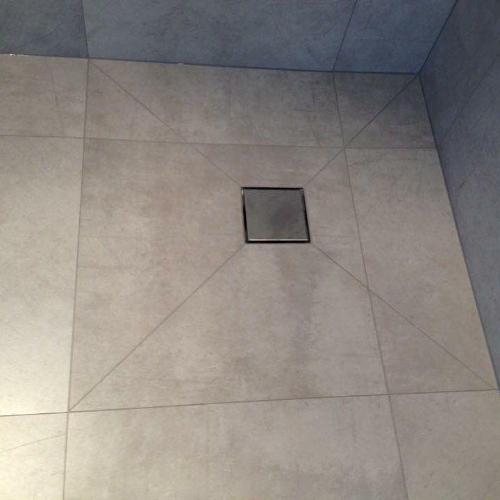 Väljs storformatfliser läggs det ofta mosaik i duschzonen för att få ett bra fall till sluket, är badrummet litet så kan då golvet upplevas som tvådelat. Här har vi valt att diagonalkapa flisene för ett mer diskret fall, sen har vi använt fog som är nära flisens färg vilket gör att det smälter bra ihop, fogmassan är epoxy så den behåller färgen för evigt och är dessutom lätt att hålla ren. #flis er #fint i #baderommet #dusj #tile #tiles #fliser #baderom #interiør #interior #interiör…