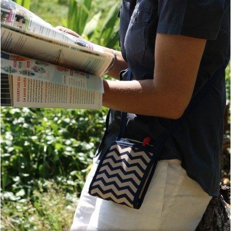 Ti Sac Chevron Marin - [EN] a small flat handbag for your everyday life or as a substitute for your fanny bag / pack - pattented product - [FR] un petit sac à main plat et très pratique pour votre quotidien ou vos voyages - Produit breveté - Made In France #petit_sac_main #fanny_bag #besace_voyage. More/Plus > https://www.tisac.shop/4-LeTiSacMarin