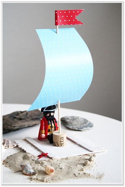 Piratenfloß aus Eisstielen, Schaschlikspieß, Korken und Papier