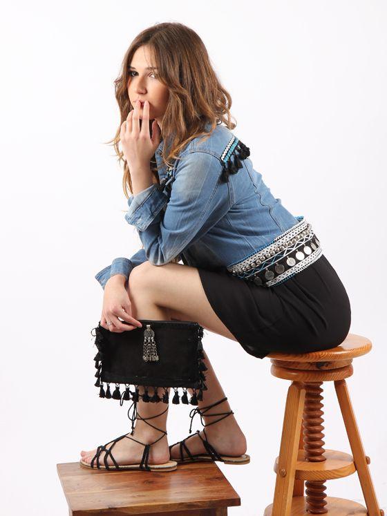 detalle look boho compuesto por #cazadoravaquerapersonalizada #vestidonegro y #carterademano a juego
