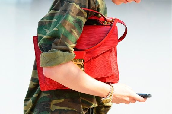 161848180328989756_u5dRaJOi_f.jpg 570×378 pixels: Purse, Style Inspiration, Street Style, Fashion Week, Red Bags, Accessories, Camo Jacket, Camouflage