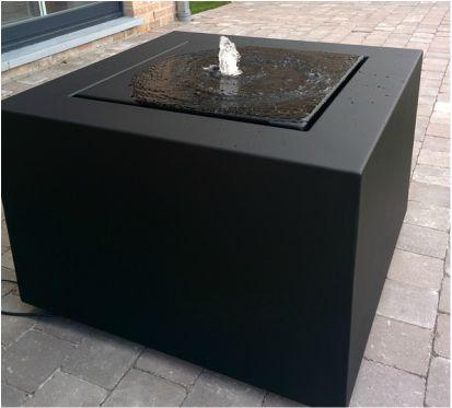 Een Viveretto watertafel in aluminium, RAL 9005 met reliëf. Meer informatie op www.watertafels.be  #watertafel #fontaincarrée #terras