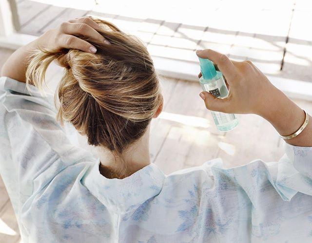 ¿Tu pelo necesita protección extra durante el verano? Empieza la temporada de sol con el spray solar de cabello de The Ritual of Karma y mantén el color de tu pelo radiante durante todo el verano.  #theritualofkarma #prepareforsummer #ritualscosmetics