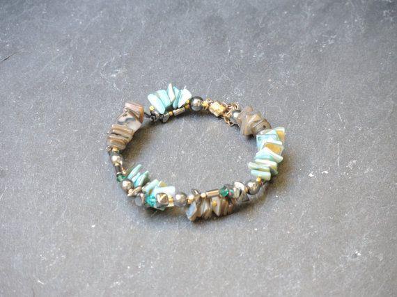 Turquoise grijs kralen armband van paarlemoer, swarowski kralen, vergulde elementen, afgewerkt met een magneetslot. en veiligheidskettinkje
