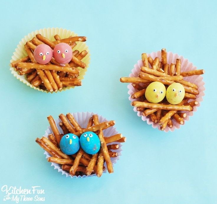 Easy Baby Bird Treats - snack cups filled with pretzels & candy to look like little baby birds in a nest. Such a cute Easter class party idea for Spring!