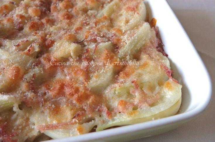 Finocchi gratinati in forno una ricetta semplice, leggera e saporita. Pochi ingredienti per un secondo piatto, o un contorno di verdure, diverso dal solito e, oserei dire, anche svuota frigo.