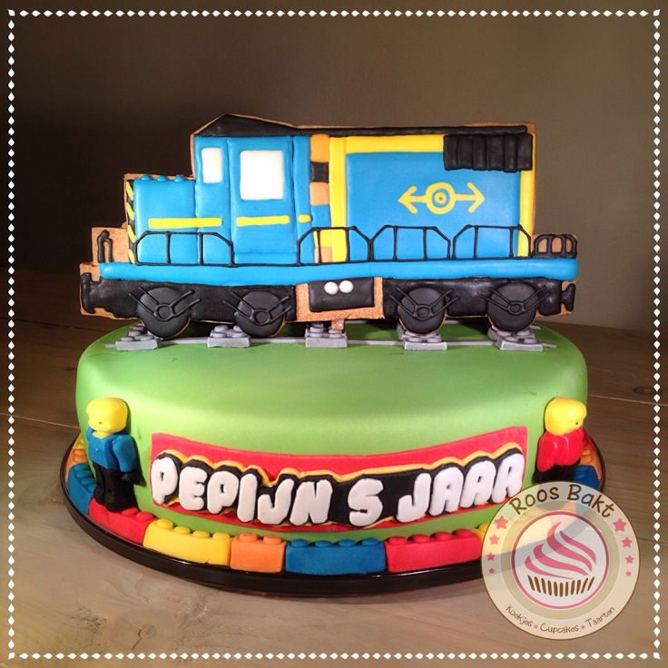 Lego cargo train cookie cake Lego cargo trein gemaakt op een grote koek voor bovenop een taart.