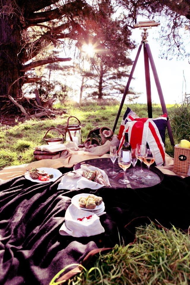 Gorgeous outdoor picnic setting styled by Jane Frosh