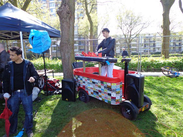 Dit is onze elektrische #DJ #bakfiets, kortom onze #mobieleDJ #mobileDJ die ook te huur is. Hij is ad ene kant met #cassettebandjes bekleed en de andere kant met #Vinyl. Voor meer info: http://www.djschoolutrecht.nl/go-with-the-flow/