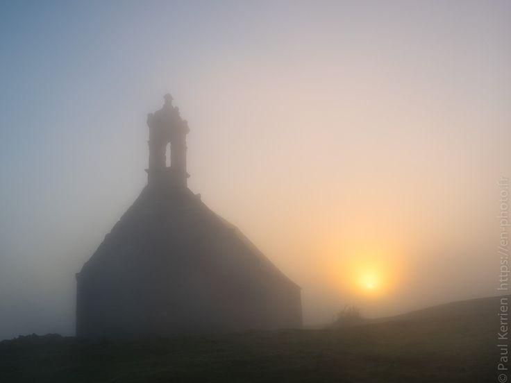 """octobre 2017   aube brumeuse au sommet du Mont Saint-Michel de Brasparts - à Saint-Rivoal © Paul Kerrien https://en-photo.fr Finistère Bretagne - 14 octobre 2017 à 09H02 à 48°21'2"""" N 3°56'45"""" W - 1/400 s à f / 7,1 ISO 200"""