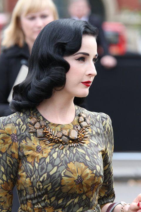 Vintage wave      Model rambut bergelombang yang populer di tahun 20an ini boleh dicoba. Agar konsep gaya Anda makin maksimal, padukan gaya rambut ini dengan gaun bermodel klasik. Serasikan juga pilihan aksesorinya agar penampilan keseluruhan terlihat solid.