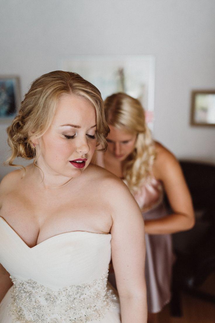 Getting dressed  | Scandinavian wedding | Pitsiniekka | Picture by Jaakko Sorvisto www.jaakkosorvisto.com