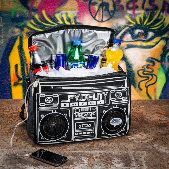 Perfetta questa Borsa Termica Con Speaker Fydelity Boom Box di Troppotogo che svolge la duplice funzione di cassa acustica e borsa termica per mantenere sempre fresche le bevande.
