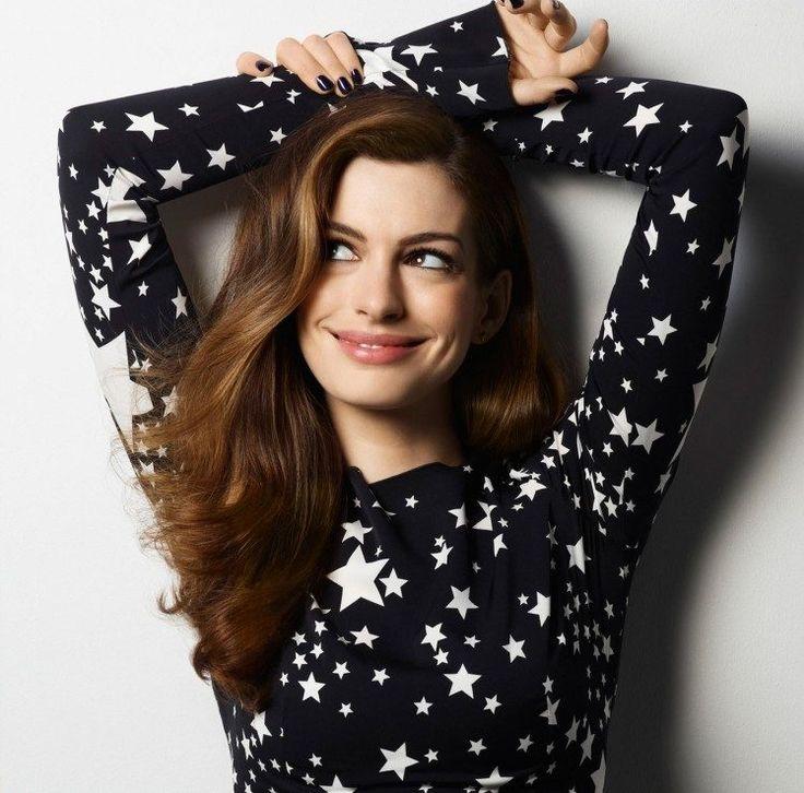 Anne Hathaway Langhaarfrisur mit Seitenscheitel