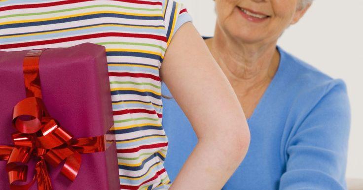 Regalos de cumpleaños para las abuelas. Encontrar un regalo original cada año para la abuela de la familia puede ser un reto. Ya sea que la llames abue, nana o abuelita, es importante agradecerle por su amor y apoyo en su cumpleaños. Escoge un regalo que sirva de recuerdo de sus nietos, uno que ella pueda mostrar orgullosamente a sus amigos. Los regalos más considerados comúnmente no ...