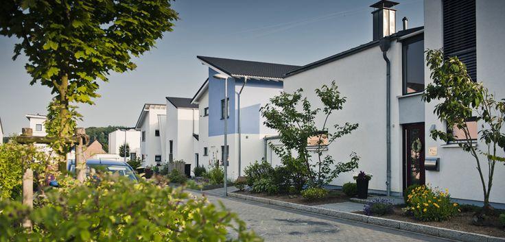 So geht es auch! Einfamilien- und Doppelhäuser bilden eine Einheit. Obwohl fünf unterschiedliche Architekten die Häuser planten. © C. Pforr