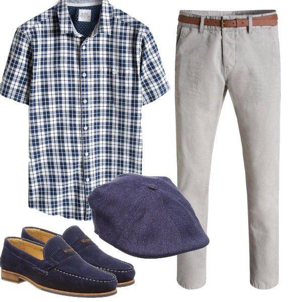 I pantaloni grigi sono abbinati alla camicia a quadri bianchi e blu, ai mocassini da mettere con fini calzini in tinta, e al cappellino inglese, per dare carattere deciso ai pezzi basici.