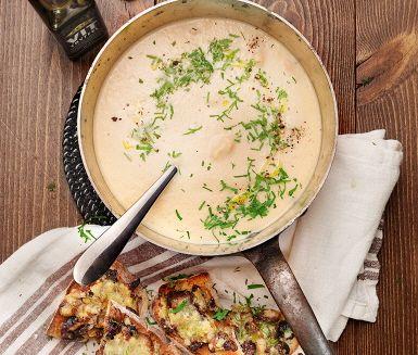 En makalöst god rotsellerisoppa där svamptoasten är ett givet komplement. Crème fraichen i soppan bidrar till en fantastiskt krämig konsistens, och den färska persiljan gör kryddningen komplett. Toasten gjord på champinjonfräs toppas med en smakrik ost och avslutas i ugnen innan den serveras med soppan.