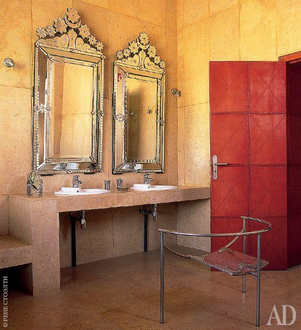 антикварные венецианские зеркала соседствуют с креслом Doctor Sonderbar по дизайну Филиппа Старка