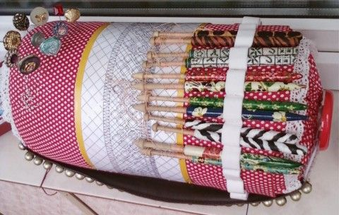 Roller - one of the few devices that can make lacemaker with their hands. Of books containing historical overviews of lace in Russia and abroad, it is known that the pillows were filled with straw or hay, carefully rolled up and tightly packed. Throughout the life of my roll, but it is not less than 5 years, the smell of hay there, and to this day, as on the summer meadow.