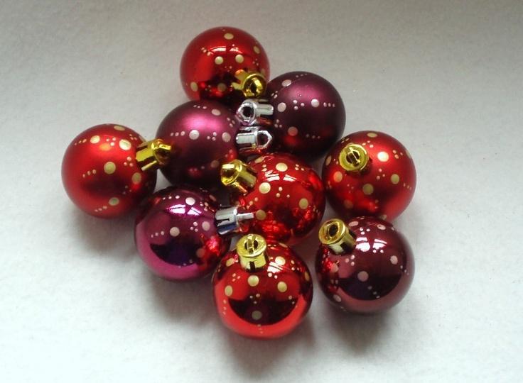 Geschenkidee - Christbaumkugeln Weihnachtskugeln DOTS - 9er-Set    Handbemalt und in einer wunderschönen Farbzusammenstellung präsentiert sich dieses Set