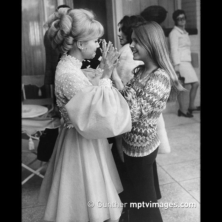 Are you a fan of Billie Lourd? She'll be on The Ellen DeGeneres Show today, talking about the loss of her mother and grandmother as well as the fact that, on top of acting, she sings! It's apparent that talent runs in the family.  Photo by Gunther: Debbie Reynolds and Carrie Fisher circa 1972. . . . #BillieLourd #Ellen #EllenDeGeneres #EllenDeGeneresShow #TheEllenDeGeneresShow#ellen15 #ellenshow #theellenshow #mptvimages