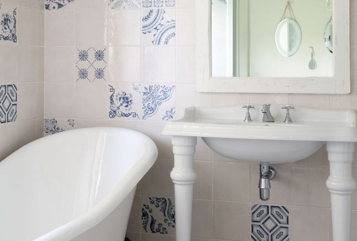 Moderne badkamer met ligbad en wastafel.