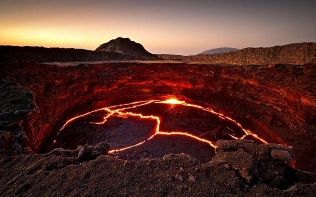 А вот как устрашающе выглядит огненная лава. А это, между прочим, целое лавовое озеро в Эфиопии.