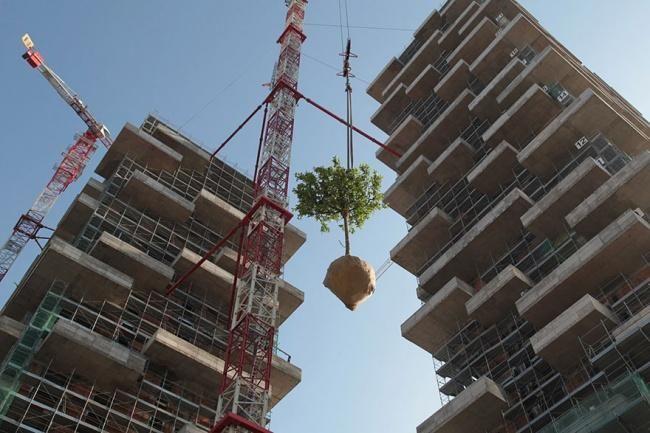 Итальянский архитектор Стефано Боери любит совмещать строительные конструкции с зелеными насаждениями и его новый проект не стал исключением.  Так в скором времени в швейцарской Лозанне появится 117-метровая многоквартирная башня в 36 этажей, покрытая вечнозелеными растениями.  На фасадах здания, на площади в 3 000 кв. м будут высажены более 100 деревьев и 6 000 кустарников. Внутри расположатся трех- и шестикомнатные аппартаменты, тренажерный зал, офисные помещения.  Растения будут защищать…