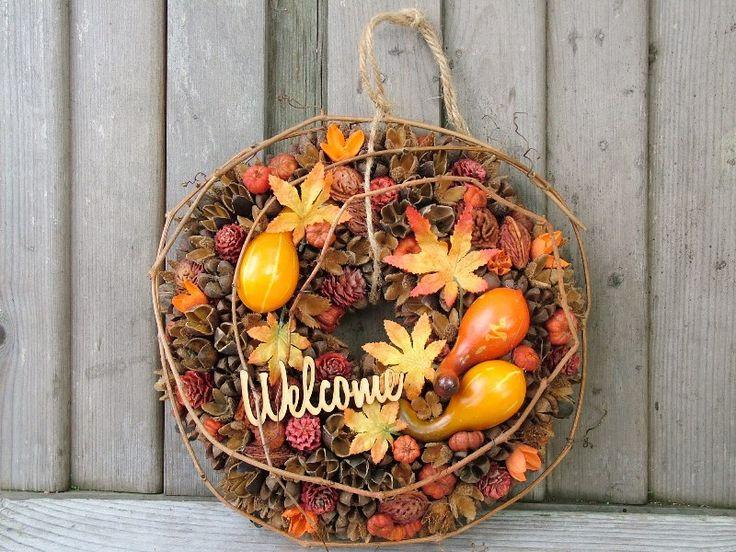 Sok-sok natúr terméssel készített, narancs-sárga tökökkel díszített látványos őszi ajtódísz.